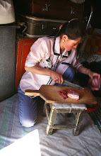 Photo: 03243 ブルド/バスハダール家/まな板で肉を切る