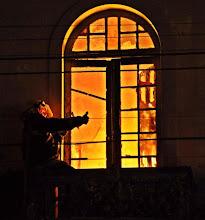 Photo: Um incêndio na noite deste sábado, 7 de maio de 2011, destruiu um casarão abandonado na rua Almirante Barroso, esquina Sete de Setembro, no centro da cidade.