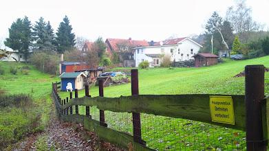 Photo: Wohnidylle am Waldrand nahe dem Wolfskuhler Weg nördlich von ,Im Viersen'.