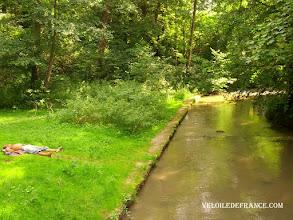 Photo: La rivière l'Almont au pont de Maincy - e-guide circuit balade à vélo de Bois le Roi vers Vaux-le-Vicomte par veloiledefrance.com  The river Almont under the old Maincy bridge - Cycling guide to the Château of Vaux-le-Vicomte by veloiledefrance.com