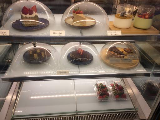 老闆和老闆娘很親切,氣氛很溫暖溫馨,像在家的感覺☺️ 他們的蛋糕櫃很豐富。每個看起來都好好吃😋 焦糖堅果塔大推!