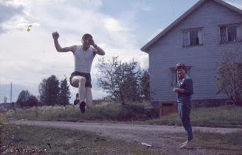 Photo: 19620800 Pituushyppy, Eira katsomassa
