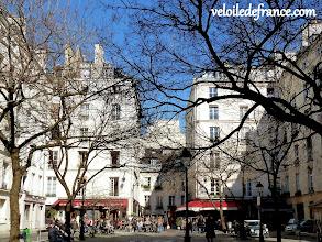 """Photo: -Savourez l'ambiance des petites places """"villageoises"""" (ici place Sainte Catherine) que vous traversez avec votre vélo -e-guide de balade à vélo dans Paris de Notre-Dame à Bercy-Village"""