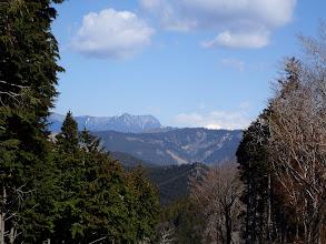 小無間山(中央奥)と聖岳(右の白い山)