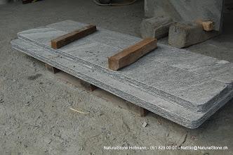 Photo: Tisch- und Bankplatten aus Maggiagneis/Maggiagranit, Fläche geflammt, Kanten handbekantet
