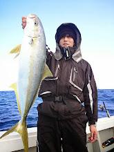 """Photo: 全く不安なく、軽々とヒラスキャッチ! ・・・""""タカヒラさん""""、自身186cmの長身なんで、魚が小さく見えます。"""