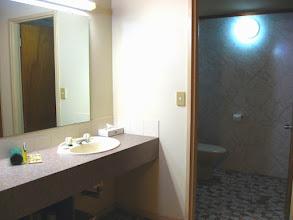 Photo: 018-Aurora Kakadu Salle de bains simple mais vaste et agréable