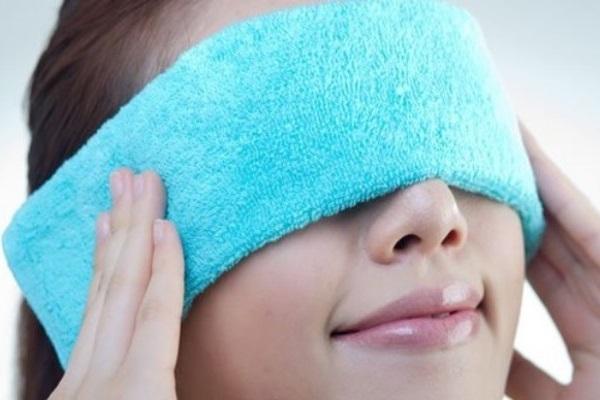 Chườm khăn ấm giúp giảm đau, tiêu sưng lẹo và chắp
