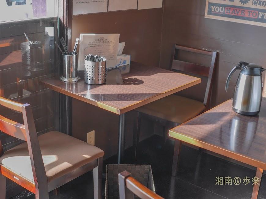 テーブル2名席4卓とカウンターというこ ぢんまりとした空間