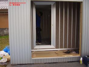 Photo: 内側のブースのドアの設置 ドア枠の設置