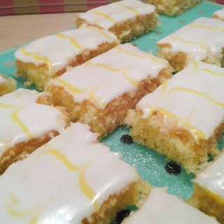 Recipe | Simple lemon cake with feathered icing.