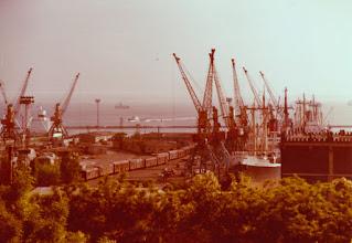 Photo: Одеса — один з головних економічних центрів України, що поєднує в собі найбільший морський порт, розвинену промисловість, курортно-рекреаційний комплекс, транспортну, фінансову та соціальну інфраструктуру. Фото 1976