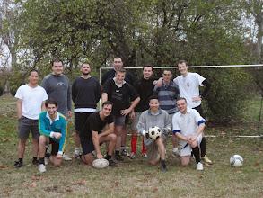 Photo: Rugbyová sekce, která byla tentokrát pro nedostatek hráčů rozpuštěna, dodala několik posil. Patřil mezi ně i mohutný Cédrik, který byl, i při přítomnosti fr. Hyacinta, nejtěžším borcem na hřišti.