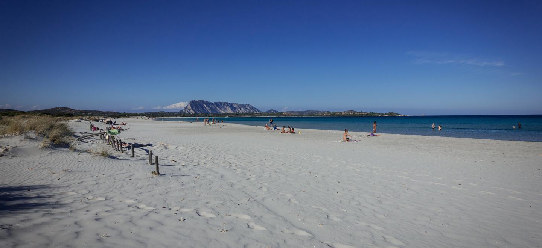 Пляж Ла Чинта. Вид на о. Таволара. Италия.