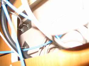 Photo: El soporte lateral-frontar está detrás de la centralita. Se pone la placa metálica y entre la placa y la tuerca se pone una arandela Grower para evitar que se aflojen con la vibración.