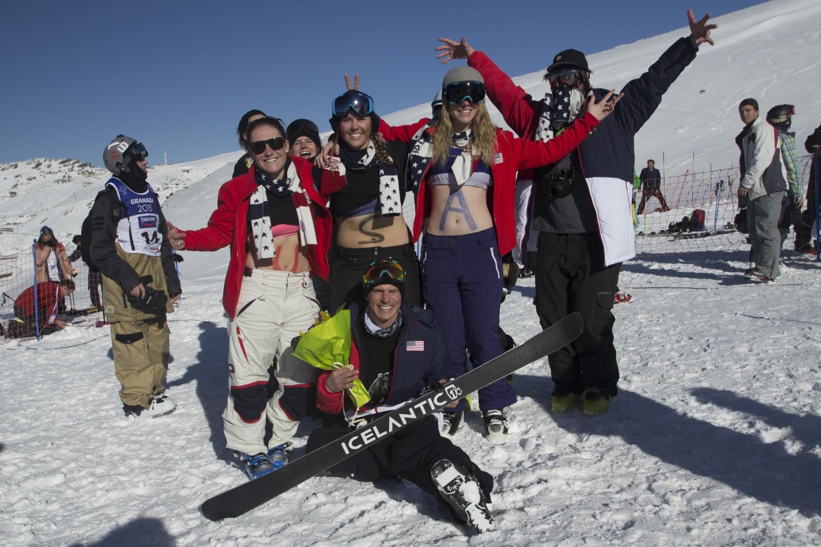 Grupo de amigos en la pista de esquí