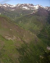 Photo: Vallon du Bastan de Sers (village à gauche), dominé par la Pène Taillade et la Pène Det Pourri en haut à gauche.