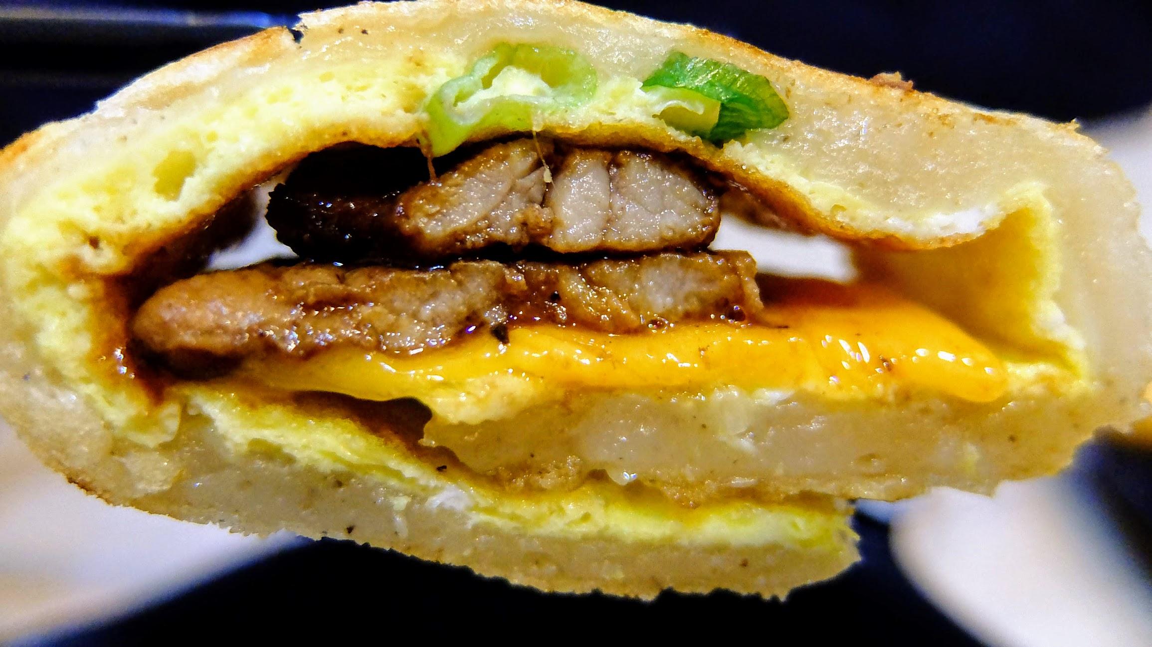 傳統蛋餅,外皮很酥脆,裡頭則是軟嫩的,加上燒肉與起司,這個蛋餅頗好吃的...