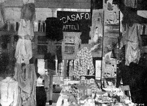 Photo: Interior de uma loja de artigos de vestuário. Os produtos eram expostos de forma irregular. Foto sem data
