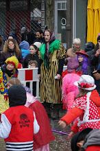 Photo: El monitor de los enanos bailarines disfrazados por carnaval en el Parvis de Saint Gilles, barrio multirracial.