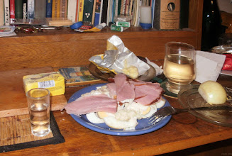 Photo: Kawalerskie, wielkanocne śniadanie... Obowiązkowo: jajka, szynka, chrzan, wódka, wino, trochę fajnego sera, cebula... bałagan jak trza! ...i tylko... tej najważniejszej, ukochanej osoby brak obok...