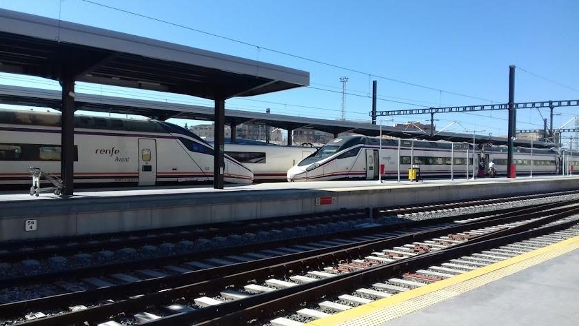 Los trenes Avant ayer, a las 13 horas, en la estación de Granada. Imagen de Mari Carmen Hernández.