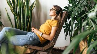 una mujer relajándose con auriculares