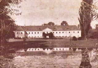 Photo: A kastély az 1930-as években. Kastély: A Felső utcát mintegy megkoronázza a kastély – a reneszánsz kastély alapjait 1630 táján rakta le Zichy Pál és 1659-ben fejezte be I. Zichy István. A kastély és a kastély körüli park a falu dísze. A kastély előtti kastélytóból vezet a Csörgéd¬-patak a Sóhajok hídjával és a Zengő híddal. A parkban három mesterséges domb van: Rózsadomb – ünnepségek színhelye, Mennyország, Pokol. A remészi erdő szélén vezetett a Grófi út gesztenyefasorral. Az iskola helyén, az ún. belső majorban a gróf lóistállója állt, nagyúri, tornyos lovardával, amit az 1950-es évektől az új telep létrehozásáig a földműves szövetkezet használt. A kastély 1950-től 1979-ig alapiskolaként szolgált. A felső tagozatos diákok jártak ide. Tornatermet építettek hozzá. Az istállók és a lovarda helyén épült az új alapiskola komplexuma (tanítólakások, tornaterem).