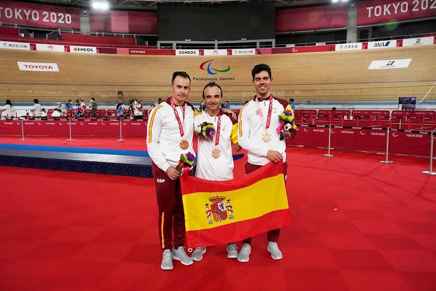 Posando con la bandera de España.