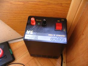 Photo: Fijo la fuente en vertical apoyando sobre su refrigerador y fijándola con dos tornillos al lateral del arcón.