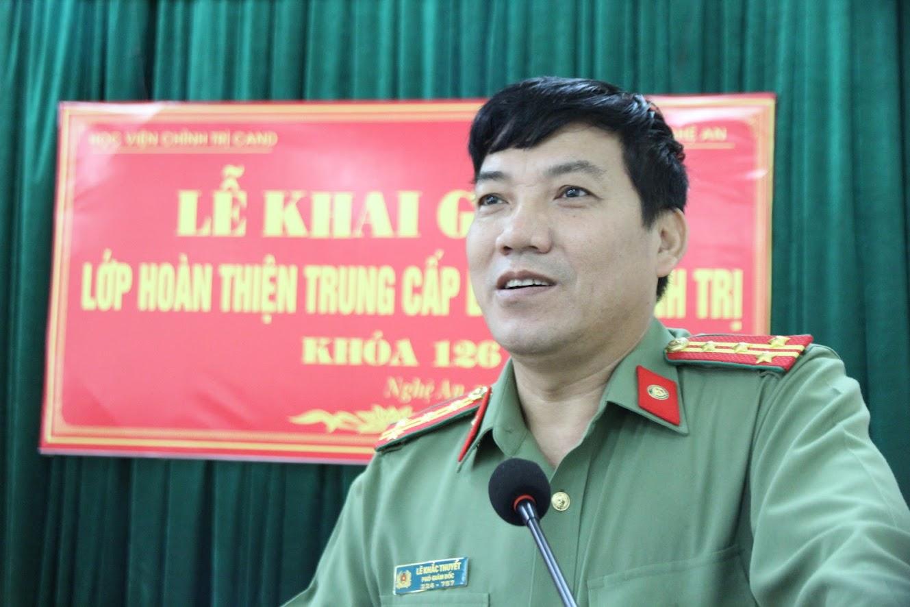 Đồng chí Đại tá Lê Khắc Thuyết, PGĐ Công an tỉnh phát biểu quán triệt một số nhiệm vụ, yêu cầu đối với các học viên