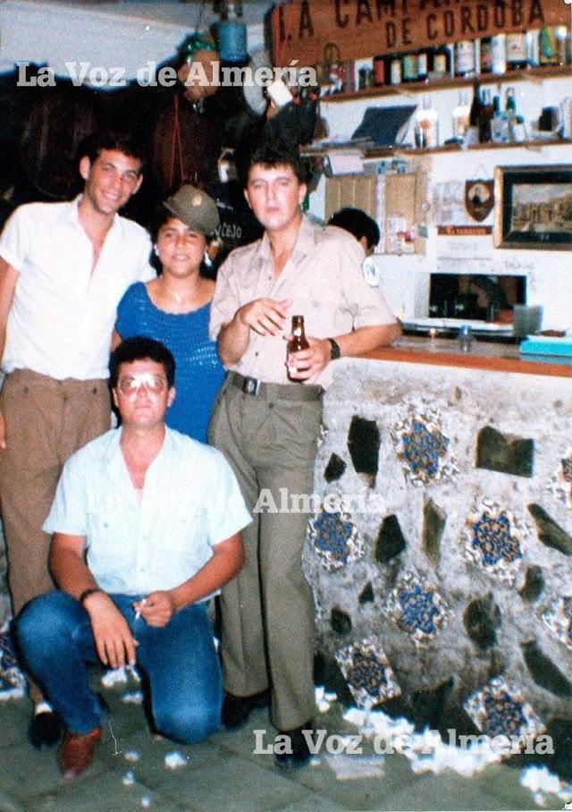 Clientes en la barra del bar de Rafael Martínez Robles.