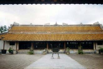 Photo: từ trong nhà hát Minh Khiêm Đường nhìn ra - nhà vua Tự Đức còn muốn được xem hát sau khi chết