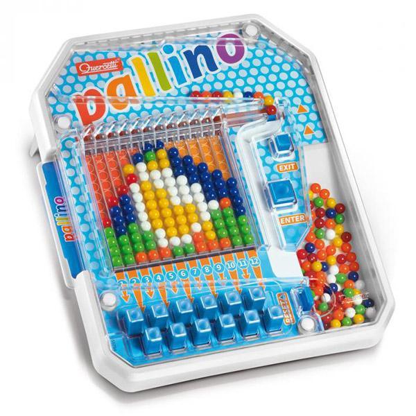 Immagine che contiene tavolo, sedendo, giocattolo, piccolo  Descrizione generata automaticamente