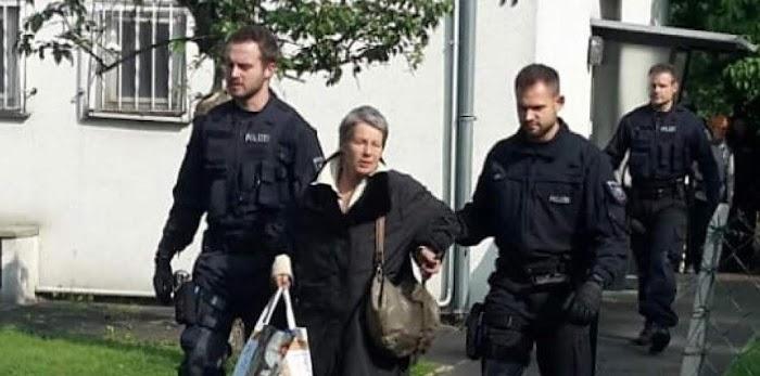 Die 73jährige Ursula Brehm wird als Hausbesetzerin abgeführt.