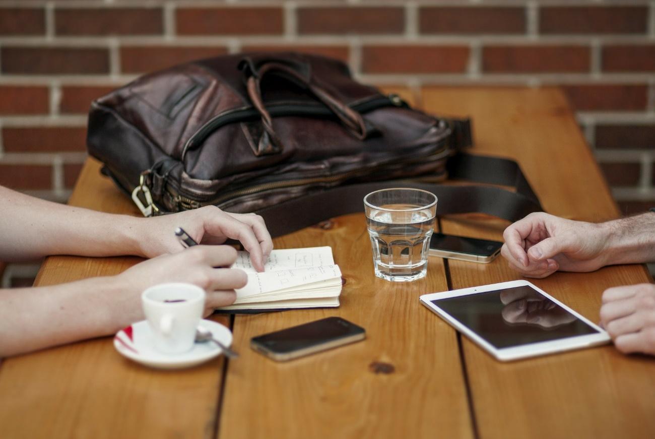 人, テーブル, 屋内, 座る が含まれている画像  自動的に生成された説明