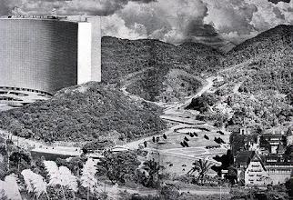 Photo: Nesta imagem, temos noção da localização exata de onde seria construído o Projeto Mauá, assim como suas dimensões. À direita, vemos o Hotel Quitandinha. Foto-montagem de 1951