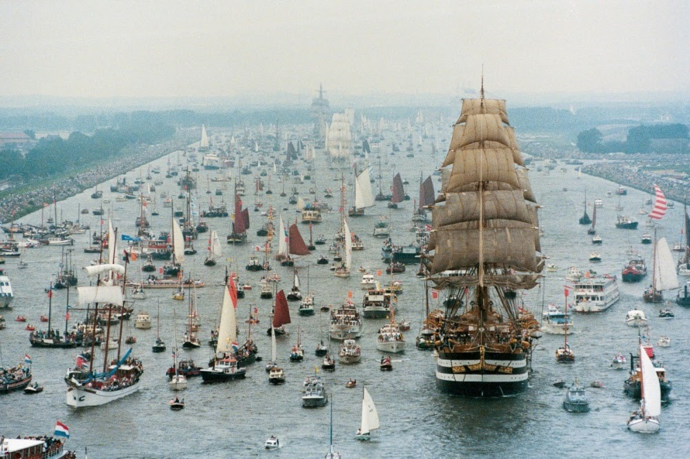 gtLlTmB8bOEN4yi2Rlwvo 9mgU E86fmHZpn HSQyBc=w1000 h666 no - Фотохроника морского парада в Амстердаме