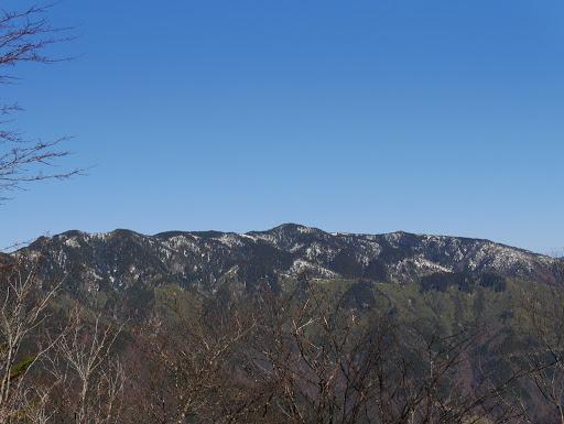 前山(中央)と小秀山(左)