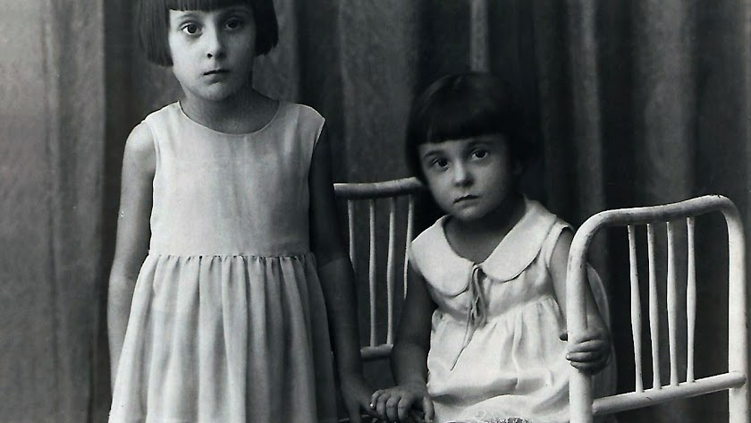 Ana y Remedios Pomares en la foto que sirve de portada al libro.