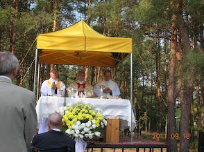 Photo: ks.prałat Ryszard Grzesik podczas uroczystej Eucharystii wraz z ks. kan. Janem Biskupem (od lewej) oraz ks. Stanisławem Barszczakiem)