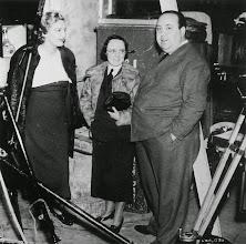 """Photo: Madeleine Carroll, Alma Reville e Hitchcock no set ede """"Os 39 Degraus"""""""