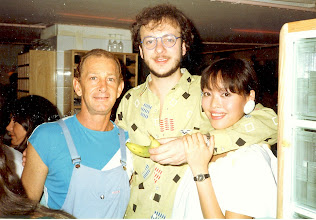 Photo: What to do with this Norman? Discussing fruity matters with Norman Scott, California Bar & Grill, HK 1984.
