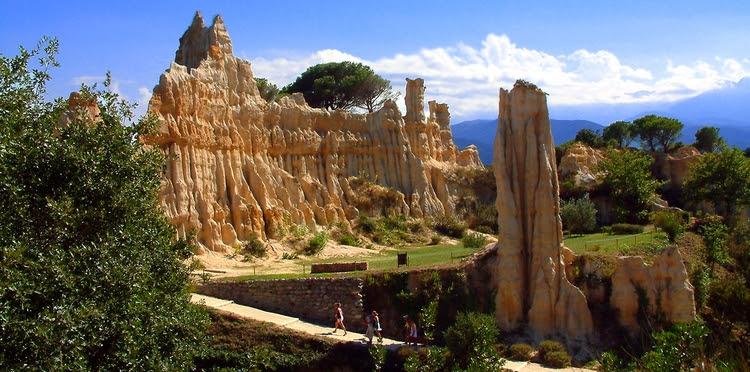 Les Orgues d'Ille-sur-Têt, самые красивые ландшафты во Франции, самые красивые места во Франции, Лангедок-Русильон, Лангедок-Русийон, Восточные Пиренеи, Pyrenees Orientales Languedoc-Rousillon france best landscapes best places to see to visit travel guide путеводитель достопримечательности