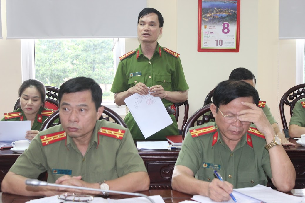 Thượng tá Hoàng Nghĩa Phượng, Phó Bí thư chi bộ, Phó Chánh Văn phòng Cơ quan Cảnh sát điều tra Công an tỉnh phát biểu ý kiến tại Hội nghị