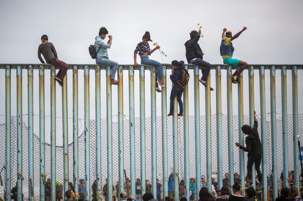 """Đảng Dân chủ cổ súy cho làn sóng nhập cư bất hợp pháp vào Mỹ, cùng với đó xem việc Tổng thống Trump xây tường biên giới ngăn chặn là hành động """"vô đạo đức"""". Với chính sách đó, đảng Dân chủ muốn thu hút một lượng lớn số phiếu bầu từ nhóm người này. (Getty)"""