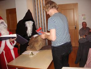 """Photo: Schmutzli hat Simon nicht in den Sack gesteckt, sondern überreichte ihm ein spezielles """" Chlausepäckli """""""