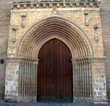 """Photo: """"Las portadas de estas iglesias, realizadas en piedra tallada, de pequeñas dimensiones y con arquivoltas de arcos apuntados, suelen ser siempre dos: una principal a los pies de la iglesia y otra sobre uno de los laterales.  Se presentan adelantadas sobre el paramento general de ladrillo, con algún arco exterior labrado con los clásicos dientes de sierra o puntas de diamante, y enmarcadas en alfiz rectangular"""" Fuente: http://sevillapedia.wikanda.es/wiki/Iglesias_g%C3%B3tico-mud%C3%A9jares_de_Sevilla#Portada"""