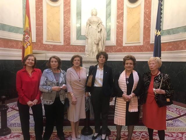 Magis Iglesias con algunas parlamentarias constituyentes, en el 40 aniversario de la Constitución en diciembre de 2018.