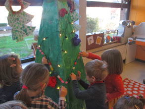Photo: pyramide kerstboom stap 4 : slingers playmaïs